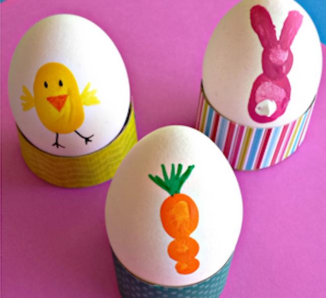 Украшаем яйца отпечатками пальцев